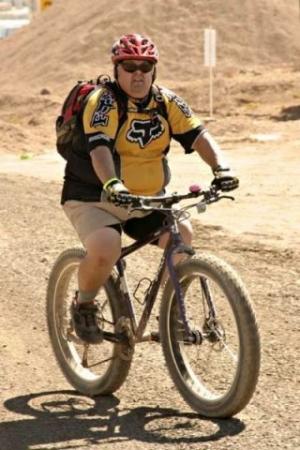 Полный мужчина на велосипеде