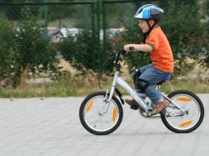 Ребенок на двухколесном велосипеде