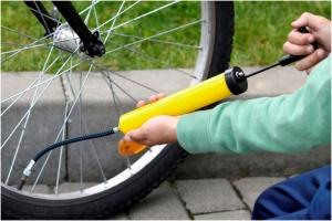 Накачка колеса велосипеда