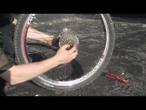 Снимаем колесо