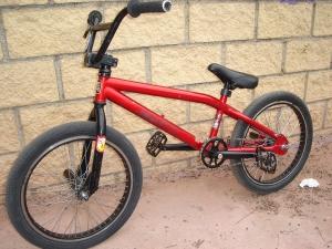 Красный BMX для трюков