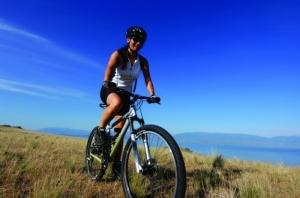 Девушка на велосипеде, правильно подобранном по росту