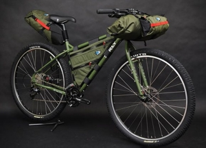 Зеленая сумка на раму велосипеда