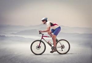 Велосипедист едет за городом