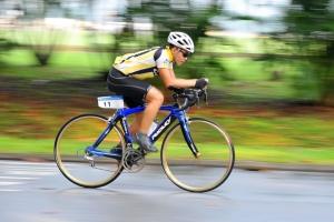 Велосипедист-гонщик на дороге