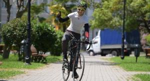 Велосипедист в городском парке